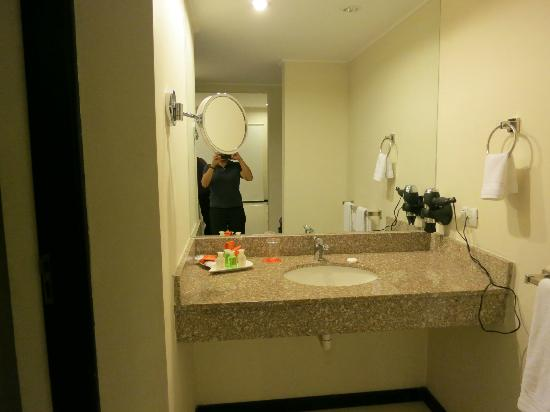 Sun Hotel : Sink outside of washroom