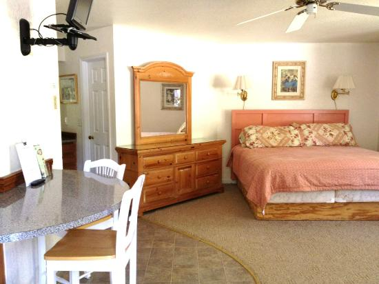 Willowbrook Inn: Breakfast bar and king size bed
