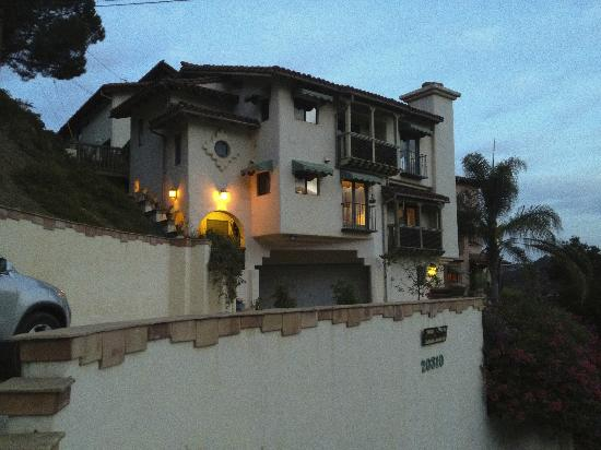 Topanga Canyon Inn Bed and Breakfast: View from the street at dawn