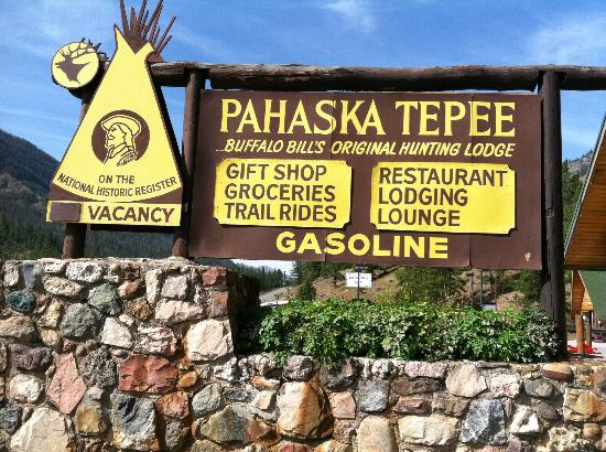 Pahaska Teepee Resort: Sign out front