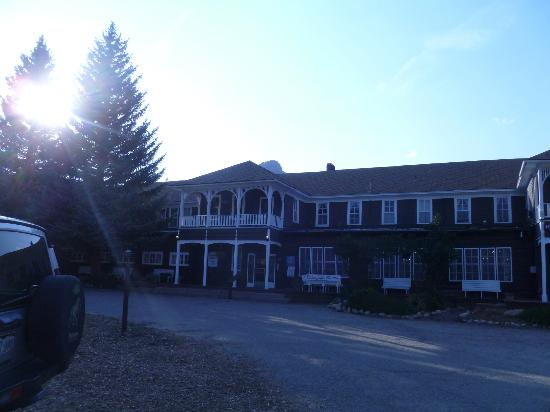 Elkhorn Lodge and Guest Ranch: front of the lodge