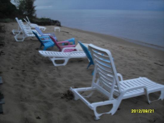 Magnuson Grand Hotel Lakefront Paradise: Beach area of hotel