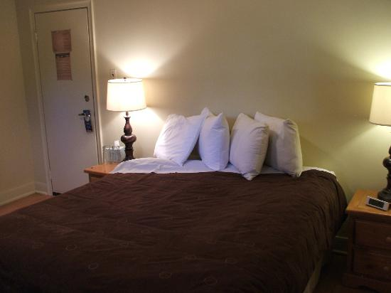 A Banff Boutique Inn - Pension Tannenhof: Lower Queen room with ensuite