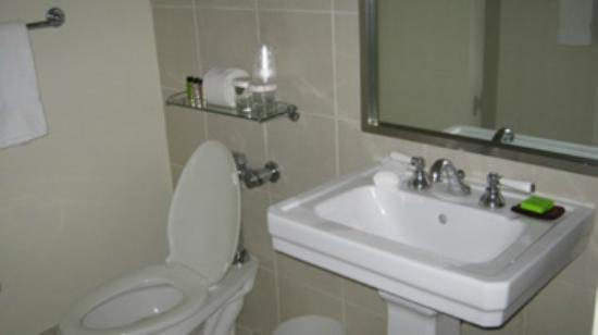 The Court – A St Giles Hotel: Second bathroom