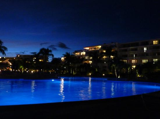 Royal Islander Club La Plage: Pool at night
