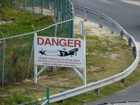 Royal Islander Club La Plage: Warning to pedestrians!