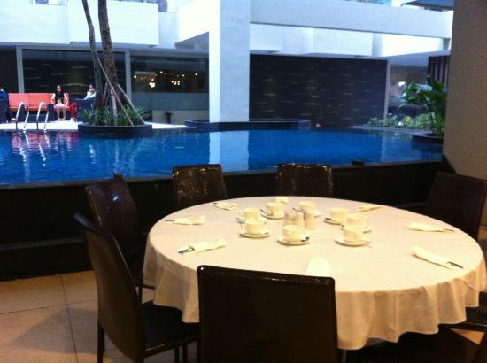 Savana Hotel & Convention: Pool next to Restaurant