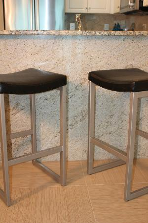 Mar Vista Grande: barstools at 912's granite breakfast bar