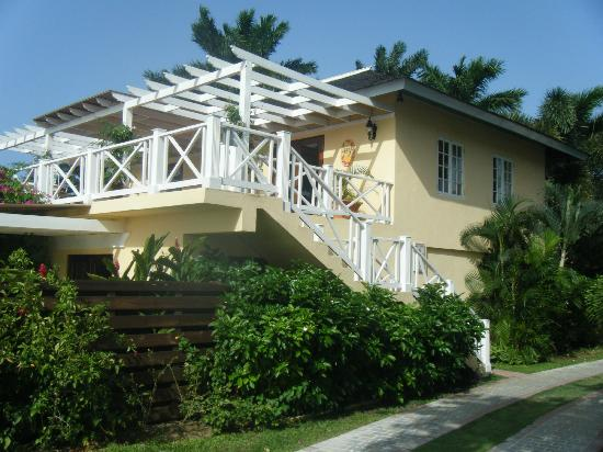 Sandals Montego Bay: BayRoc suite bldg