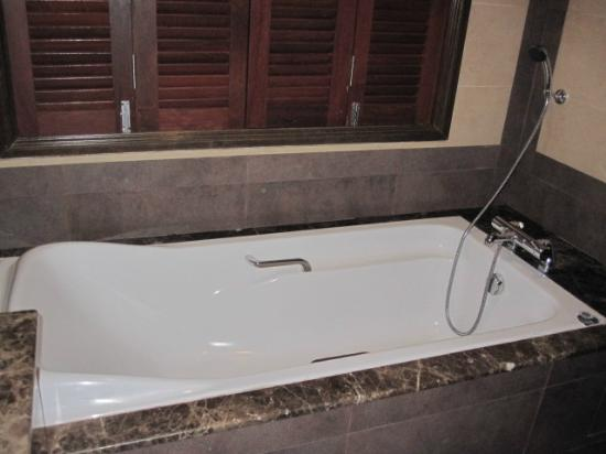Bukit Merah Laketown Resort: water village bathtab