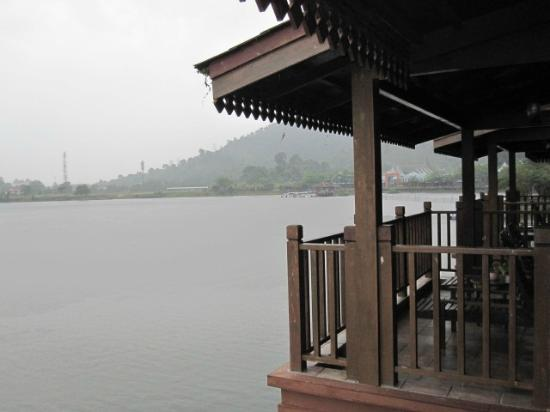 Bukit Merah Laketown Resort: water village balcony