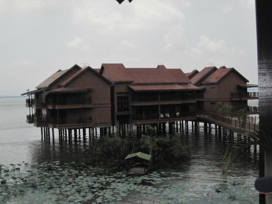 Bukit Merah Laketown Resort: water village