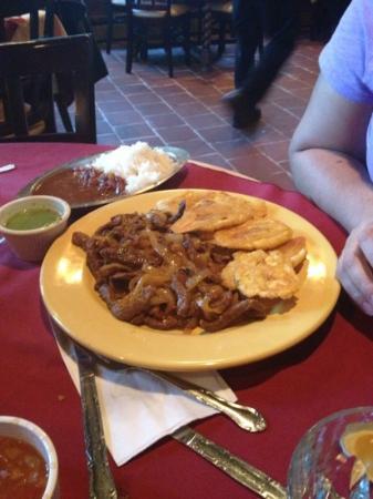 Brentwood, Nova York: Bistec Encebollado, Tostones, Arroz Blanco and Habichuelas. Perfectly seasoned and cooked! Loved