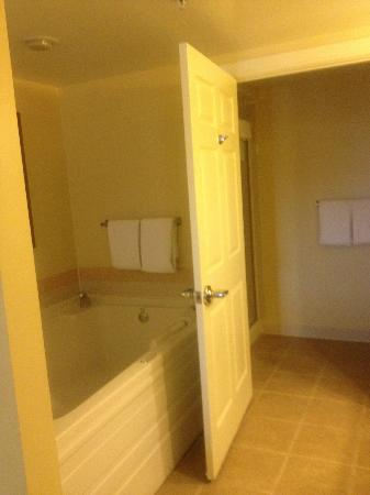 Marriott's Grande Vista: Whirlpool Tub / private toilet shower area