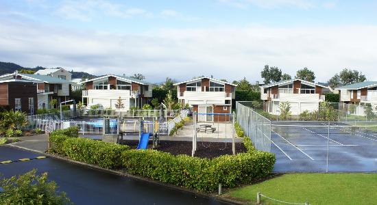 Beachside Resort Whitianga: Tennis court, pool area