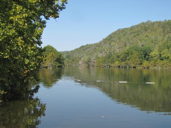 Beavers Bend Resort Park: Looking upstream