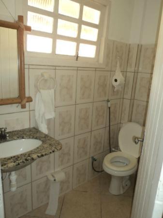 Arraial Praia Hotel Pousada: baño de la habitacion 