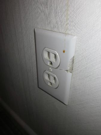 Embassy Suites by Hilton Toronto Airport: The cracked outlet covered in the mystery substance