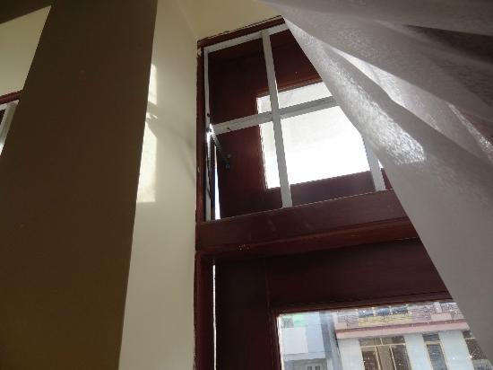 Cam Do Hotel: la fenetre de se fermant pas (on entend tout des bruits de dehors)