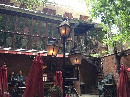 Pub Sainte-Elisabeth: Patio Entrance/Exit
