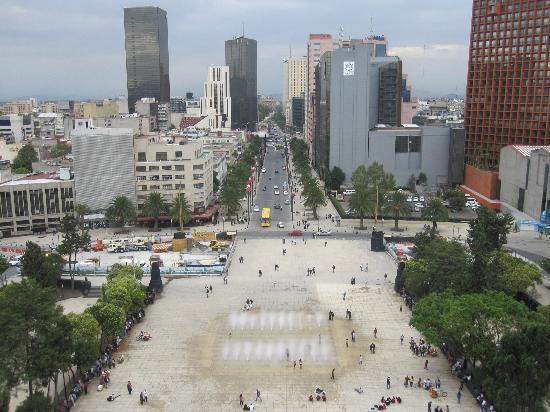 Monumento y Museo de la Revolucion: view of street level water feature
