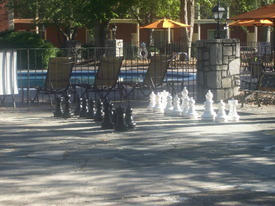 ‪ستون ماونتن إن: pool side chess set