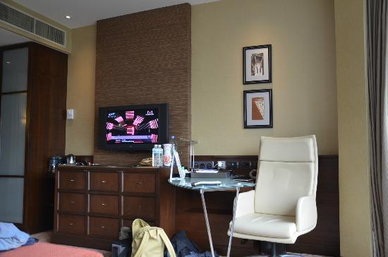 Pullman Bangkok Grande Sukhumvit: TV, desk, minibar is under the TV 