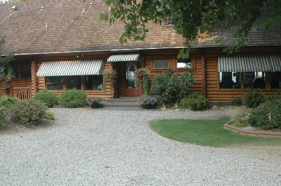 Sandy Beach Lodge & Resort: Front entrance of lodge