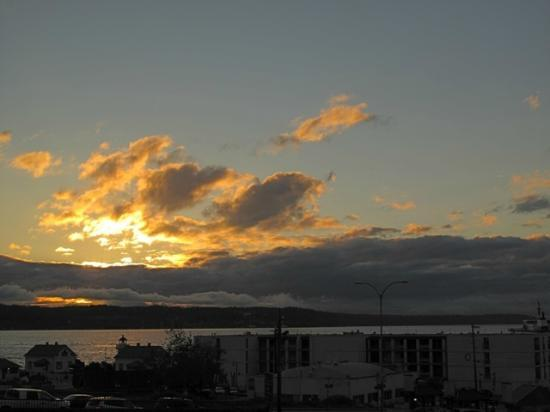 Silver Cloud Inn Mukilteo – Waterfront: Sunset Over The Bay