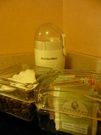 One Washington Circle Hotel: Coffee beans, tea & a coffee grinder