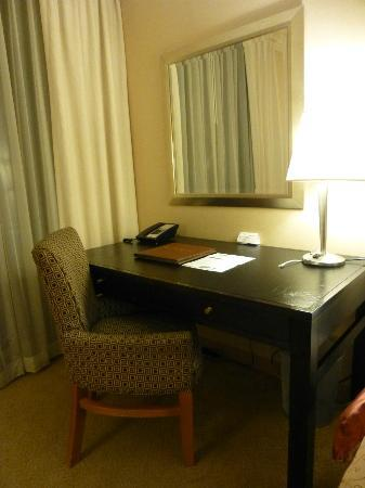 One Washington Circle Hotel: Writing desk. Comfortable. Free wi-fi available.