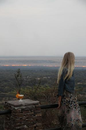 Serengeti Serena Safari Lodge: Utsikt över savannen från hotellet