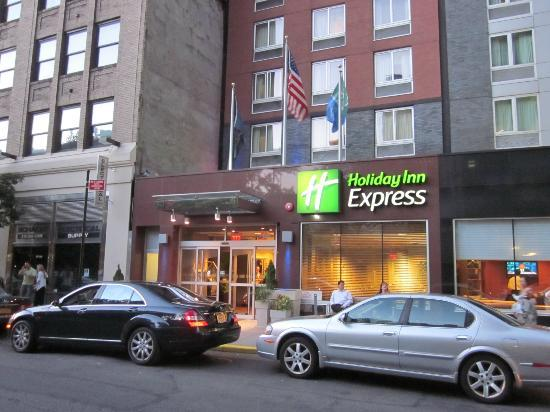 Holiday Inn Express New York City Times Square: Entry to Holiday Inn Express on West 39th st.