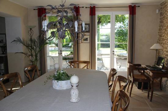 Le Mas au Portail Bleu: elegant dining room