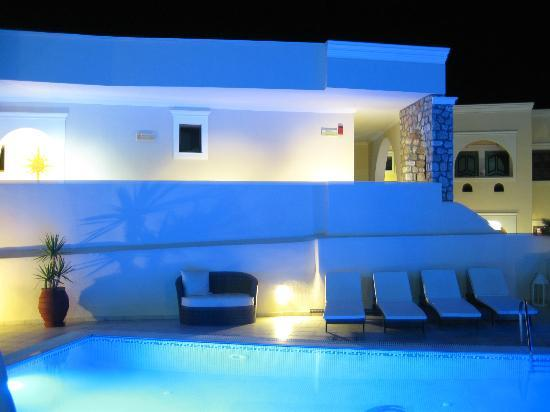 Evgenia Villas & Suites: The pool was very nicely lit at night