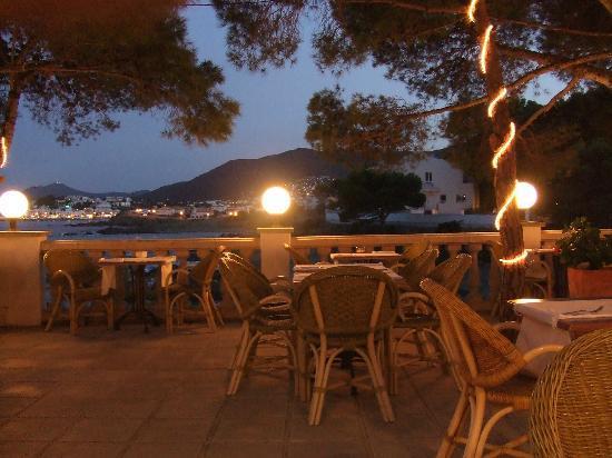 Hotel Grifeu : terrasse de nuit où se passe le dîner