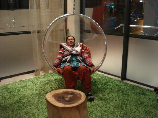 Strand Tower Hotel: Swing in Lobby 