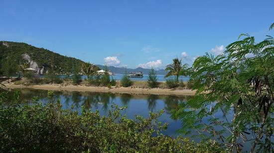 L'Alyana Villas Ninh Van Bay: Blick über die Lagune auf den Strand