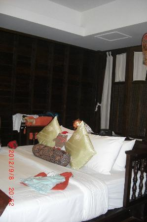 Chaweng Garden Beach Resort: room inside, very dark indeed