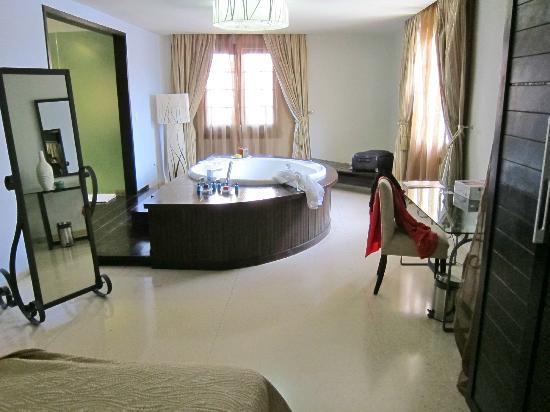 Hotel Palacio del Marques de San Felipe y Santiago de Bejucal: Tub