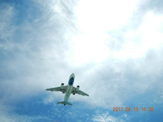 Chaweng Garden Beach Resort : This photo was taken at the swimming pool, aircraft right above