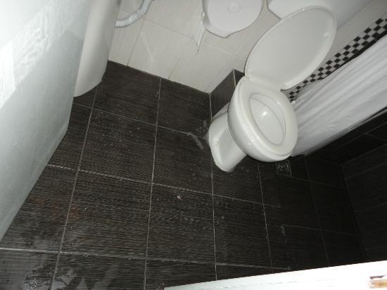 Hotel Olympic Kosma: Вот что бывает в ванной
