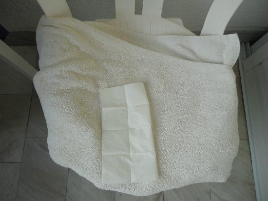 Hotel Olympic Kosma: Грязное полотенце (это мне только его сменили), обратите внимание на желтые пятна слева