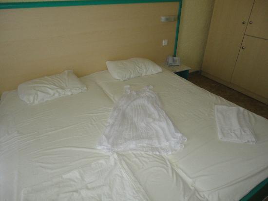Hotel Olympic Kosma: Желтые простыни (только сменили!) и мое белое платье на простынях