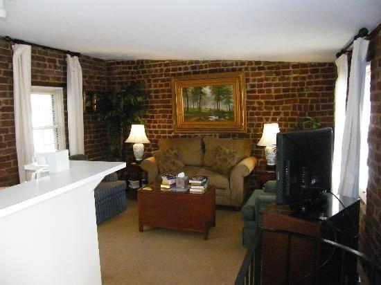 Savannah Bed & Breakfast Inn: Ivy Cottage lounge