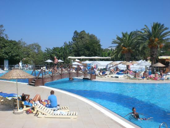 Piscine a tobogan picture of club resort atlantis for Atlantis piscine