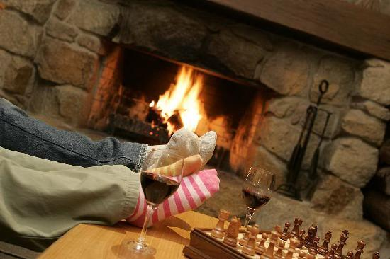 Summit Ridge Alpine Lodge: Relaxing in front of the fire.