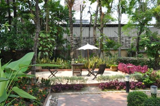 Gazebo Resort Pattaya: Petit coin devant l'entrée