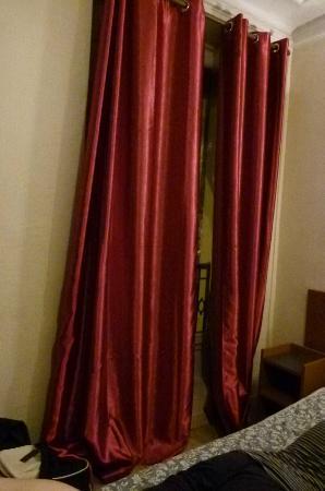 Hipotel Paris Voltaire: Les rideaux frottant au sol.