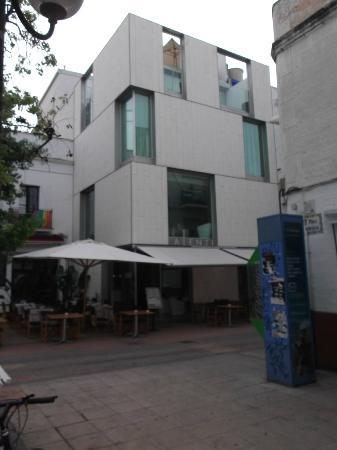 Alenti Sitges Hotel & Restaurant: Vista dalla piazza